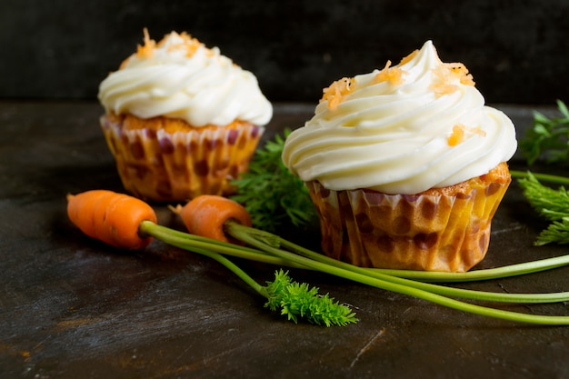 Magdalenas de zanahoria con crema.