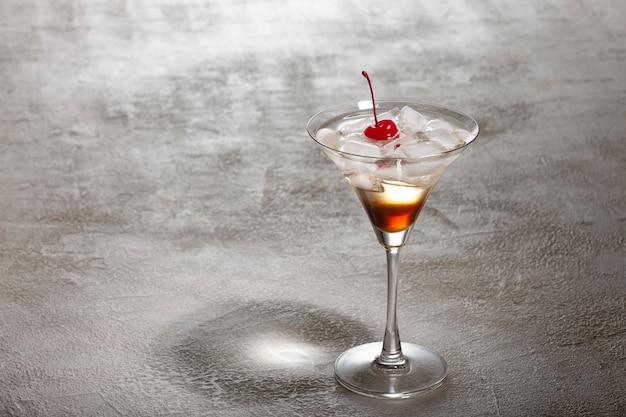 Maggie hoffman, cócteles clásicos, bar de mixología, bebida energética, barman, martini,