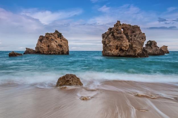 Mágico paisaje marino olas con fugas. albufeira, portugal.