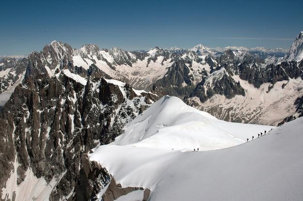 Magníficas montañas cubiertas de nieve bajo el cielo azul