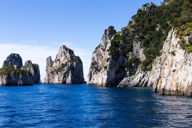 Magníficas rocas y acantilados contra el mar y el cielo azul