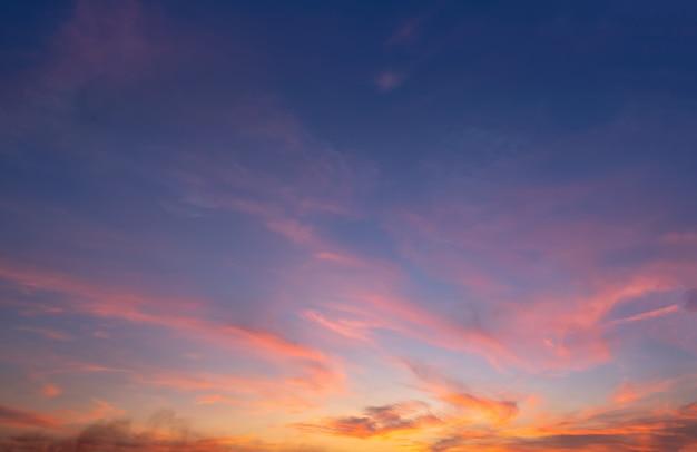 Magnífico panorama crepuscular cielo y nubes en la imagen de la pared puesta de sol