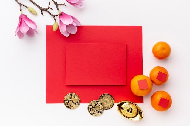 Magnolia y monedas con maqueta de tarjeta año nuevo chino