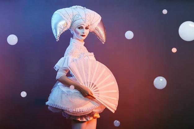 El mago del artista de circo muestra trucos con pompas de jabón.