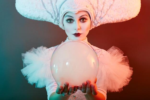 El mago artista de circo muestra trucos con pompas de jabón