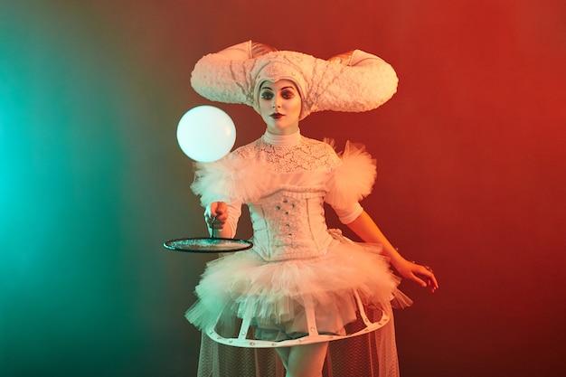 El mago del artista de circo muestra trucos con pompas de jabón