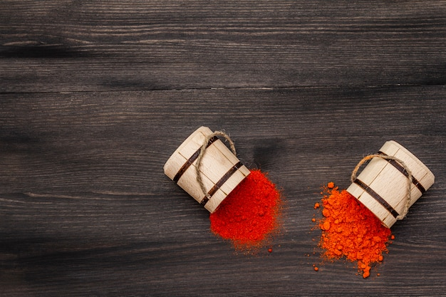 Magyar (húngaro) polvo de pimentón dulce y caliente rojo brillante. condimento tradicional para cocinar comida nacional. barriles de madera