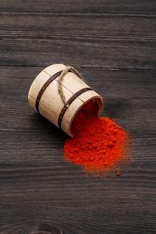 Magyar (húngaro) polvo de pimentón dulce rojo brillante. condimento tradicional para cocinar comida nacional. barril de madera