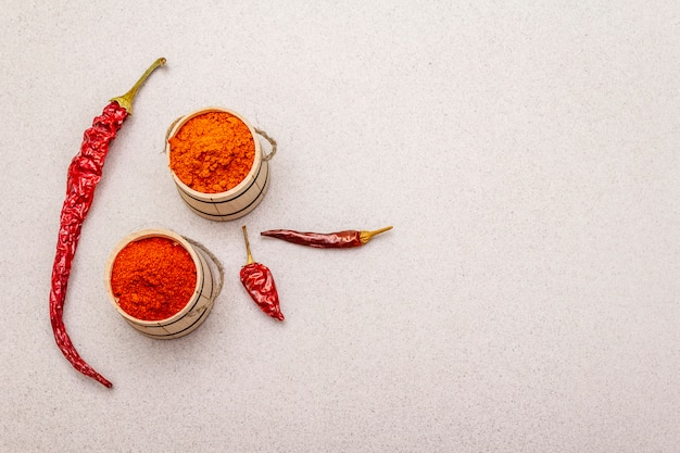 Magyar rojo pimentón dulce y caliente en polvo. condimento tradicional para cocinar comida nacional, diferentes variedades de pimiento seco. barriles de madera, hormigón de piedra.