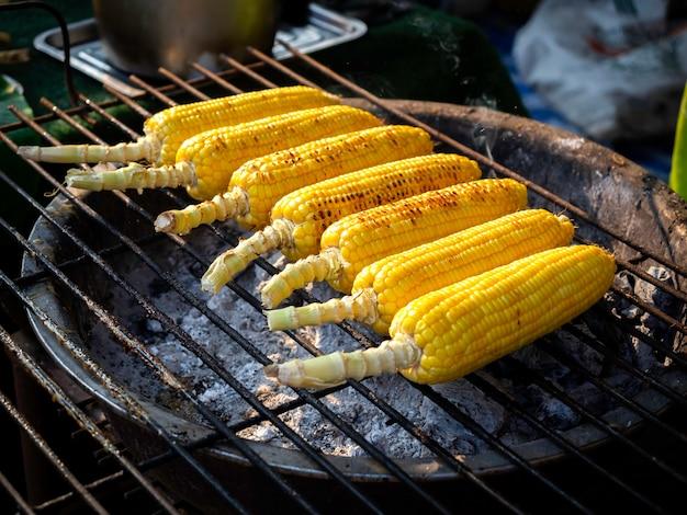 Maíz asado a la parrilla, comida callejera lista para servir. verduras a la plancha, comida vegetariana, maíz a la barbacoa.