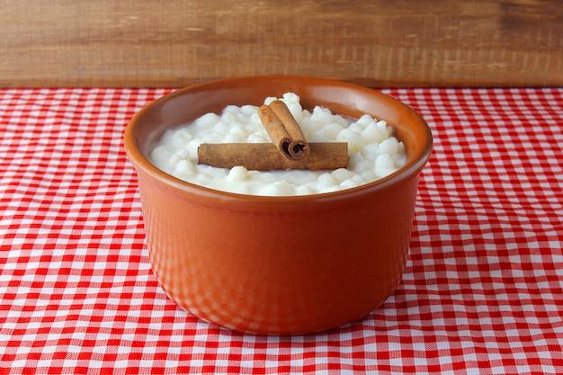 Maíz blanco cocinado con leche conocida como canjica, canjicão o mungunza, plato típico de la gastronomía brasileña.