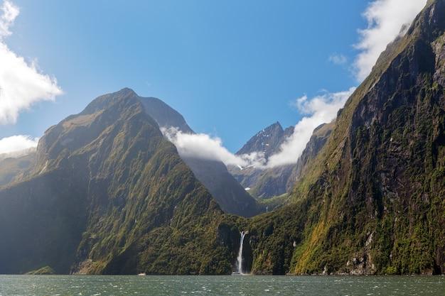 Majestic stirling falls, milford sound, fiordland, nueva zelanda