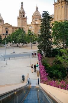 Majestuosa arquitectura europea, muchos árboles verdes en barcelona