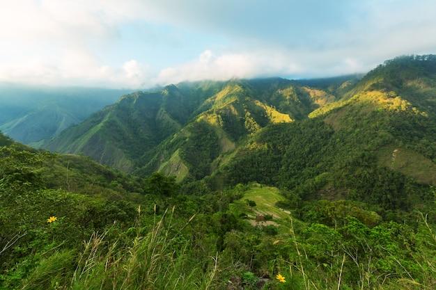 Majestuoso amanecer en el paisaje rural. isla de luzón en filipinas.
