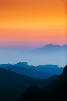 Majestuoso cielo al atardecer sobre las montañas