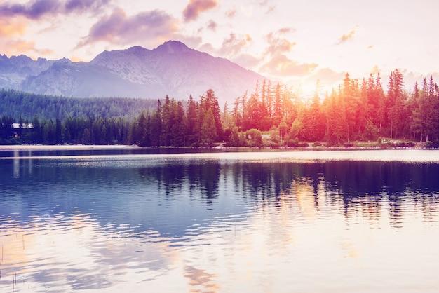 Majestuoso lago de montaña en el parque nacional alto tatra. strbske pleso, eslovaquia, europa.