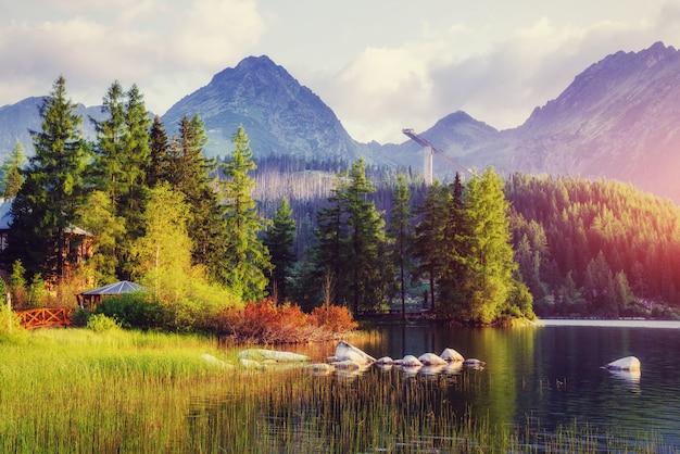 Majestuoso lago de montaña en el parque nacional alto tatra.