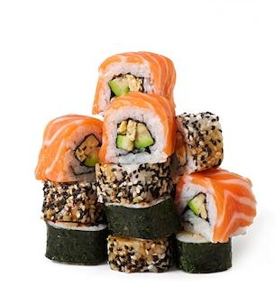 Maki sushi aislado en blanco