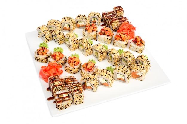 Maki sushi conjunto de rollos aislado en blanco