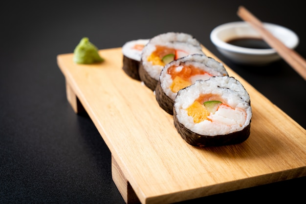 Makis mixtos de sushi roll