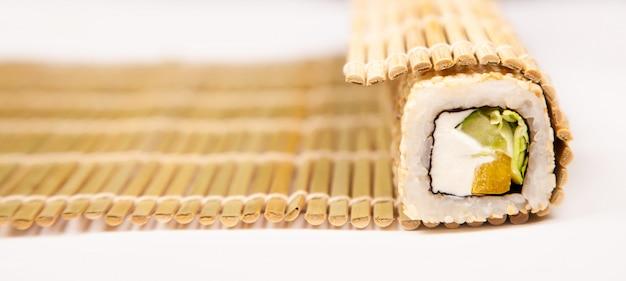 Makishu para hacer sushi y rollos con queso de pescado y semillas de sésamo de la cocina japonesa