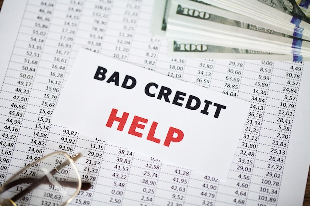 Mal crédito escrito en la tarjeta blanca