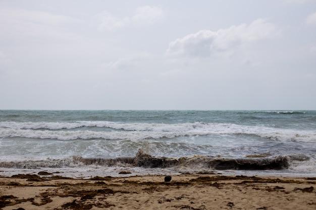 Mal tiempo. olas de tormenta en el mar en la costa arenosa tropical.