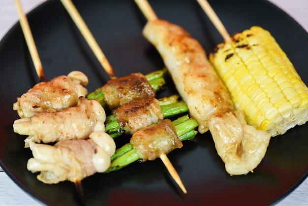 Mala bbq chino cerdo a la parrilla estilo de comida callejera asiática tailandesa rebanada de cerdo con hongos vegetales maíz