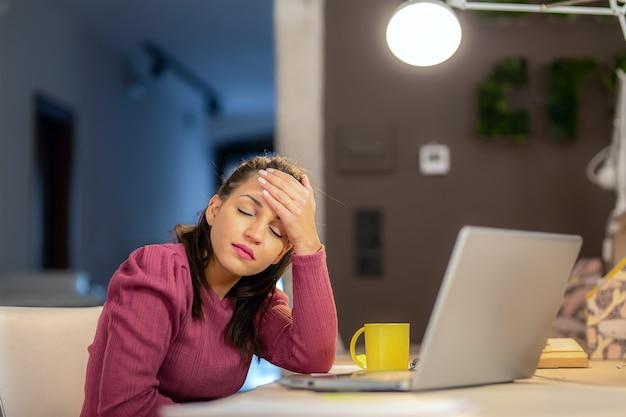 Malas noticias de la bancarrota de la deuda de despido o sufre de dolor de cabeza concepto