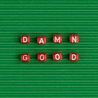 Malditas buenas tipografía de la palabra perlas en verde