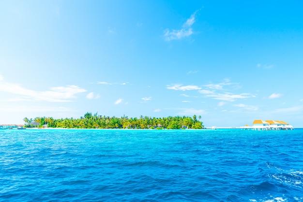 Maldivas tropical resort hotel e isla con playa y mar para vacaciones concepto de vacaciones