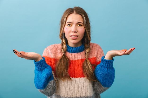 Malestar confundida chica vistiendo suéter que se encuentran aisladas