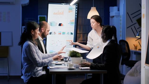 Malestar decepcionada empresaria entrando en la sala de reuniones de la oficina a altas horas de la noche