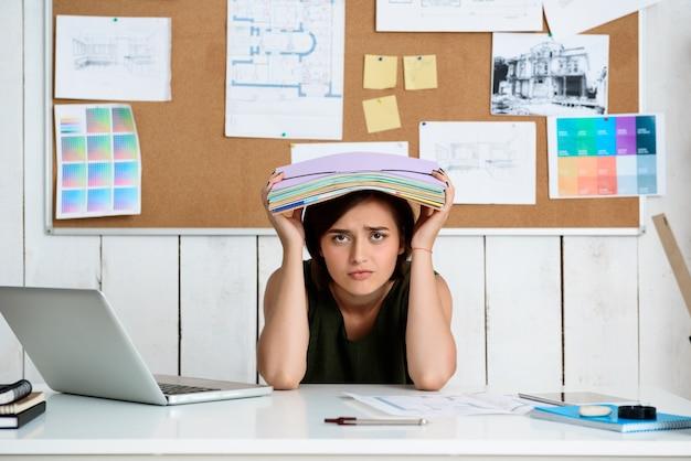 Malestar empresaria hermosa joven sentada en el lugar de trabajo