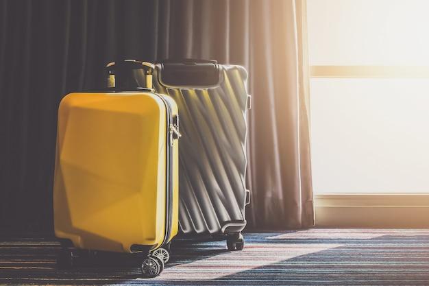 Maleta bolsa de equipaje en el dormitorio con cortina abierta ver la luz del amanecer