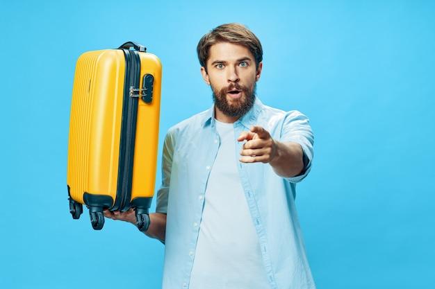 Maleta de hombre barbudo en boleto de viaje de turismo de viajes de vacaciones
