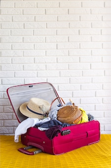 Maleta llena de ropa de mujer para vacaciones de verano.