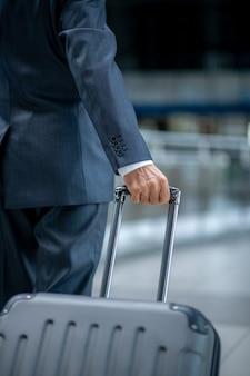 Maleta de transporte de mano masculina en el aeropuerto