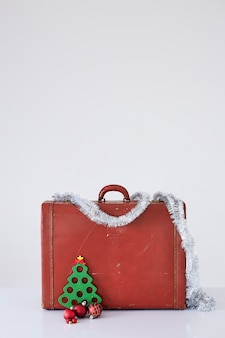 Maleta vintage con adornos navideños en blanco