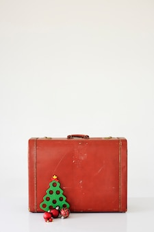 Maleta vintage con adornos navideños