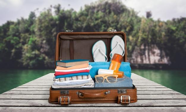 Maleta vintage llena de artículos de vacaciones