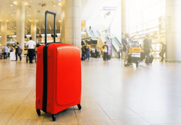 Maleta en la zona de espera de la terminal del aeropuerto del aeropuerto con zona de descanso.