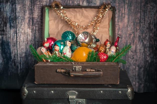 Maletas estilo retro con decoraciones para árboles de navidad