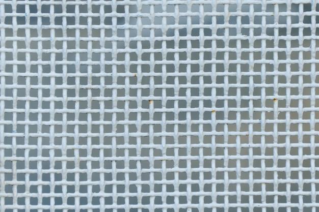 Malla metálica densa, fondo de color blanco