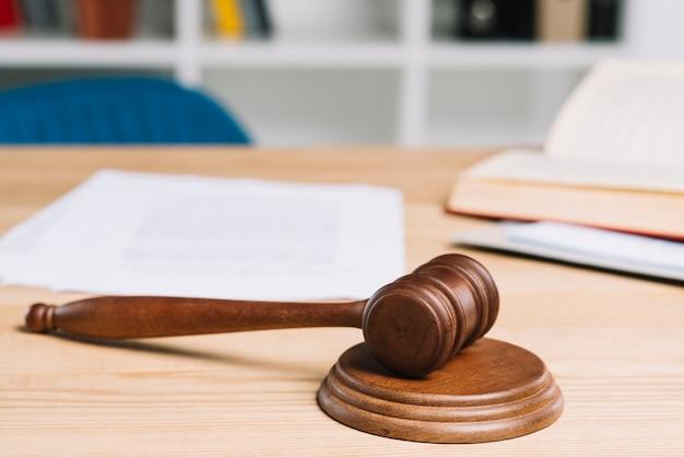Mallet en el mazo sobre la mesa de madera en el tribunal