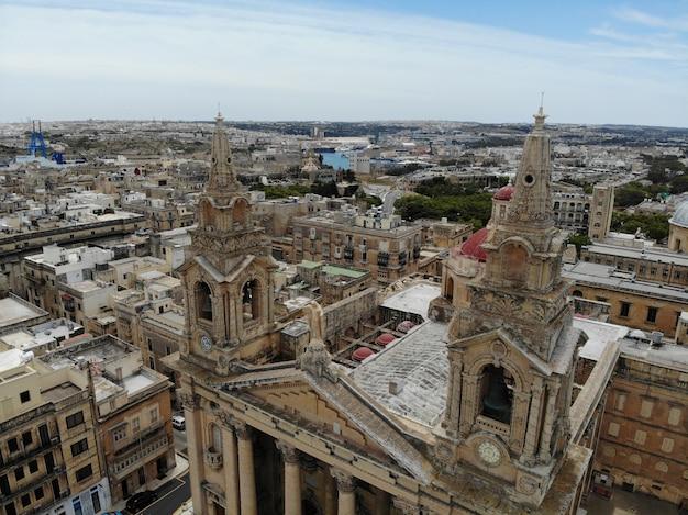 Malta europea desde arriba. valletta antiguo centro de la ciudad. vista aérea desde arriba por drone.