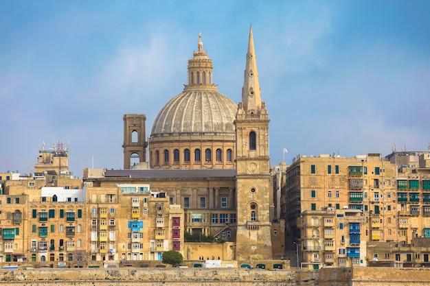 Malta, la valeta, fachada de la construcción de viviendas tradicionales y basílica de nuestra señora del monte carmelo