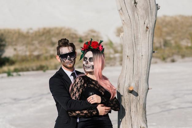 Malvado día de muertos muertos vivientes posando, maquillaje de halloween
