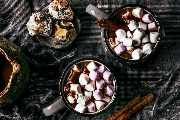 Malvaviscos bañados en chocolate caliente, comida navideña plana