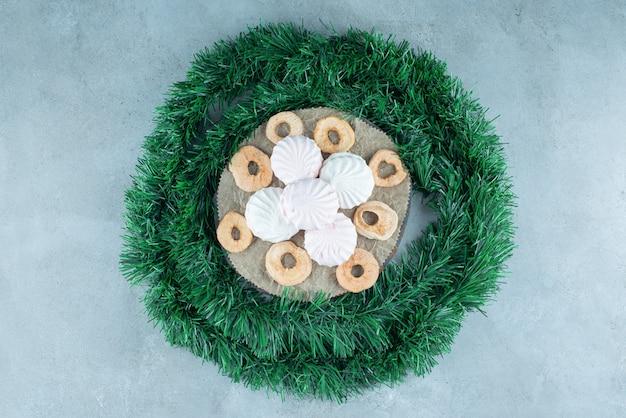 Malvaviscos blancos dulces sobre mármol.